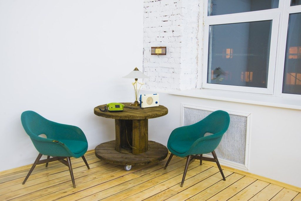 wo soft night watch green chair with wooden circle table