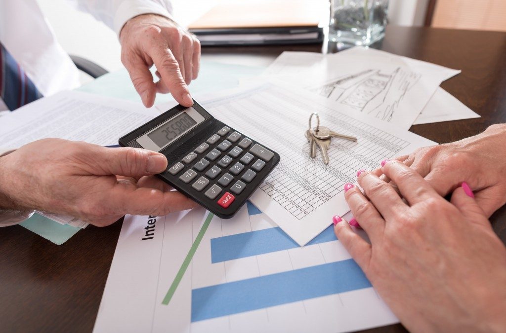 Man showing house price in calculator