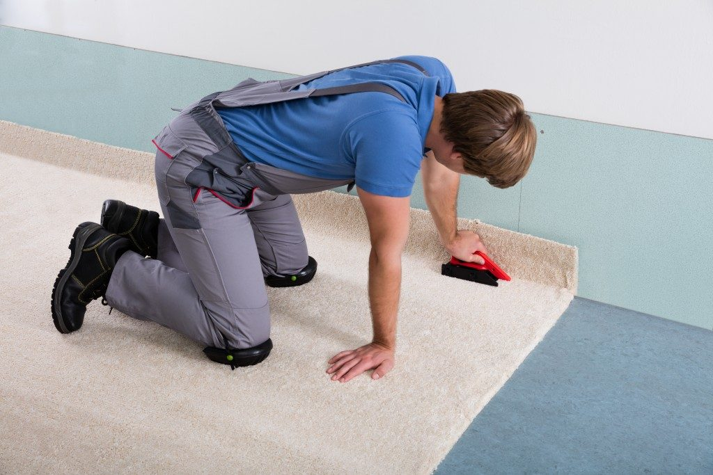 Man fitting carpet